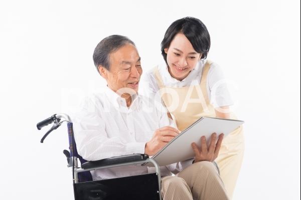 車椅子の男性と介護をする人6の写真