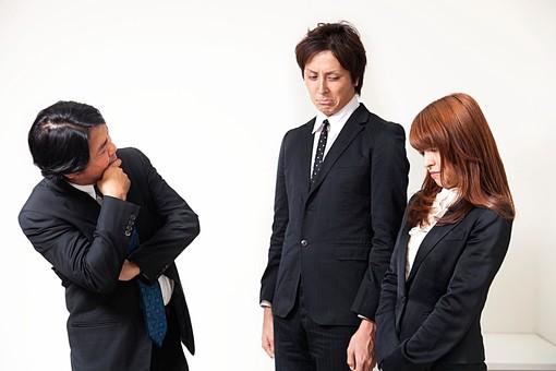 人物 日本人 男性 女性 サラリーマン  OL 20代 40代 若者 上司  部下 屋内 白バック 白背景 会社  オフィス 注意 叱られる 神妙 しょんぼり 反省 ミス 失敗 3人 複数 ビジネスマン オーバーリアクション mdfj012 mdjm009 mdjm010
