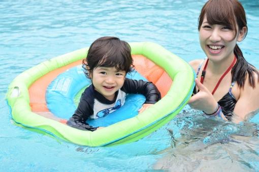 夏 プール 笑顔 幸せ ハッピー 楽しい 楽しみ 大好き あそび 親子 こども 子ども 子供 男の子 少年 赤ちゃん あかちゃん ベビー 水面 水着 ラッシュガード ビキニ bikini 女性 ママ 女 母親 母 母子