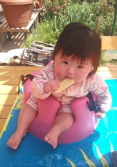 女の子 乳幼児 日本人 girl baby japanese バンボ 赤ちゃん お菓子 お庭