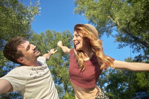 人物 外国人 外人 カップル 恋人  夫婦 男女 2人 大人 モデル  ポーズ 屋外 野外 自然  グリーン ファッション Tシャツ ラフ カジュアル  田舎 カントリー ラブラブ ハッピー 幸せ  仲良し 上半身 空 青空 木 両手 手を広げる 笑顔 mdfm060 mdff104