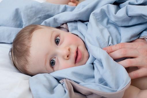 赤ちゃん 外国人 子供 子ども こども 男の子 男児 乳児 ライフスタイル ベビー ベッド 布団 ふとん 寝る 寝転ぶ 一緒 母 母親 ママ お母さん 子守 子守り 寝かしつけ 寝かせる 金髪 親子 母子 横になる ブルー系 アップmdmk030