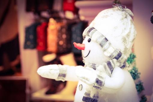 雪だるま 雪 冬 置物 人形 ニット 服 風景 観光 人気 スノー スノーマン ぼかし 青 白 赤 鼻 可愛い かわいい カワイイ 人気 子供 季節 クリスマス