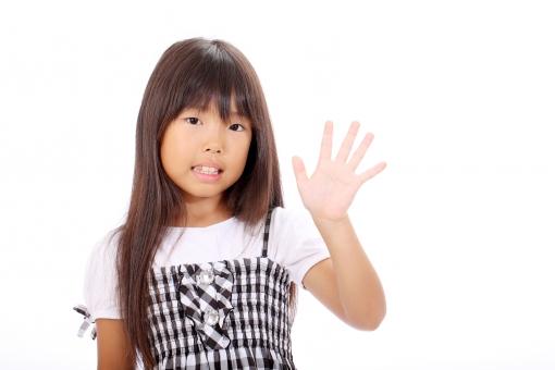女の子 子供 女性 女子 人物 小学生 学生 低学年 日本人 ポートレート モデル 若い 小さい ポーズ かわいい 可愛い 愛らしい 可愛らしい 見る 1人 一人 10歳未満 手を振る 手 振る バイバイ バーイ ようこそ さよなら さようなら こんにちわ 挨拶 あいさつ 手のひら 手の平 挙げる 別れる 別れ お別れ 白背景 白バック イメージ 洋服 カジュアル ロングヘア 余白 コピースペース アップ 上半身 スタジオ スタジオ撮影 屋内