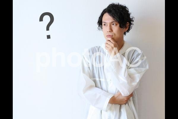 疑問を持つ男性の写真