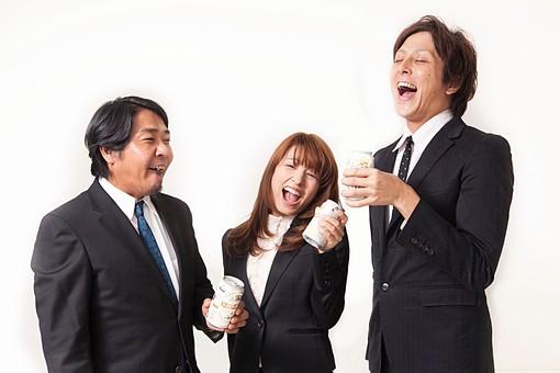 人物 日本人 男性 女性 サラリーマン  OL 20代 40代 若者 上司  部下 屋内 白バック 白背景 会社  オフィス 複数 3人 ビジネスマン 飲み物 ビール 缶ビール お酒 乾杯 打ち上げ 祝勝 笑顔 打ち解ける 開放感 オーバーリアクション mdfj012 mdjm009 mdjm010