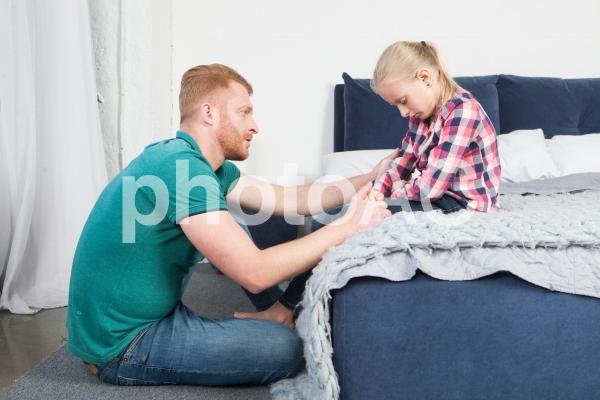 娘に言い聞かせるお父さん4の写真