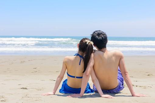 ビキニ 水着 日本人 カップル ビーチ 恋人 海 砂浜 野外 屋外 夏 常夏 楽園 二人 人物 仲良し ラブラブ 旅行 旅 観光 オーシャン 波 トラベル ホリデー 青空 晴天 晴れ 美女 美男 綺麗 ハネムーン 背中 バックスタイル 後ろを向く 肩寄せ合う 遠くを見る 男女 上半身 寄り添う 海水浴 mdjf011 mdjm005 BeachCouple
