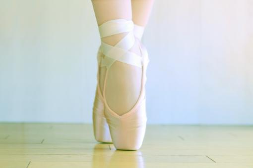 バレエ ポーズ バレエシューズ つま先 つま先立ち 女性 足 脚