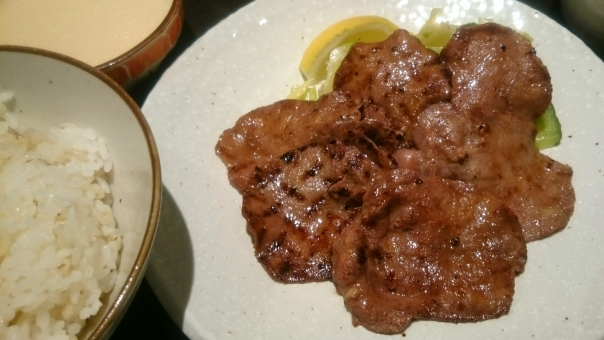 牛タン 牛肉 麦とろ タン 定食 ご飯 焼き肉 おいしい 麦 たんぱく質 定食屋 外食 とろろ レモン 食事 人気 食べる 皿