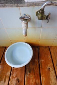 温泉 大浴場 秘湯 洗面器 蛇口 湯 すのこ