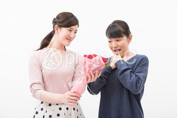 姑に花束をプレゼントする嫁3の写真