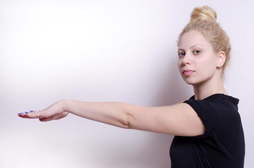 フィットネス写真 人物 1人 外国人 白人 セルビア人 女性 大人 若い 金髪 スポーツ フィットネス エクササイズ 体操 運動 トレーニング シェイプアップ ダイエット 引き締め ヨガ ピラティス 屋内 スタジオ ジム クラブ 美 美容 健康 ボディ スリム 脂肪 筋肉 筋トレ ストレッチ 腕 Tシャツ 上半身 伸ばす 横向き mdff014