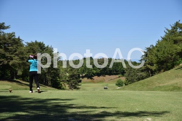 ゴルフ女子のティーショットの写真