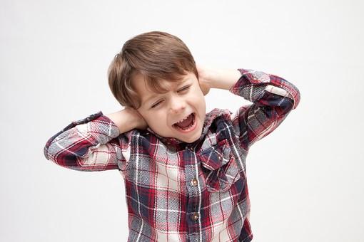 人物 こども 子ども 子供 男の子   少年 幼児 外国人 外人 かわいい   無邪気 あどけない 屋内 スタジオ撮影 白バック   白背景 ポートレート ポーズ キッズモデル 表情  シャツ  カジュアル 上半身 耳 塞ぐ ふさぐ うるさい 雑音 騒音 聞かない 聞きたくない 叫ぶ 拒否 拒絶 mdmk010