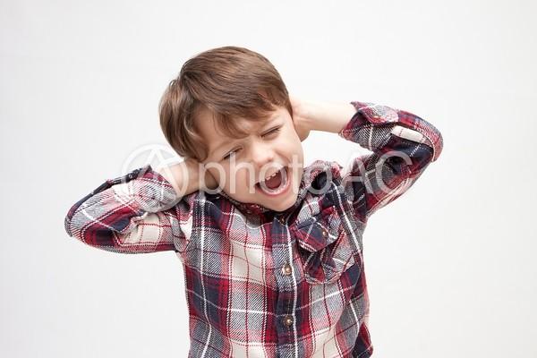 耳をふさぐ男の子2の写真