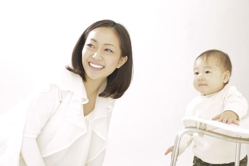 親子 母子 親 おや 母 母親 ママ マザー 子ども 子供 子 赤ちゃん 赤ん坊 乳児 幼児 ベイビー 絆 笑顔 笑う 女性 女 人物 触れ合い ふれあい 室内 部屋 座る タッチ 立つ つかまり立ち イス 椅子 上半身 アップ 日本人 mdfk006 mdjf016