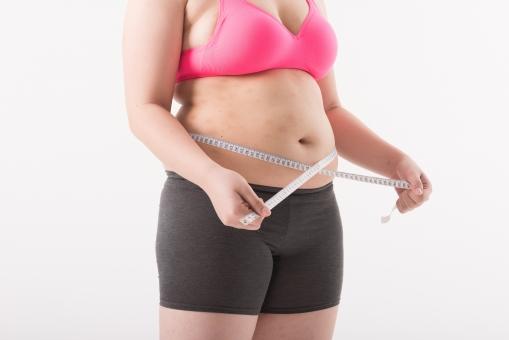 日本人 女性 ぽっちゃり 肥満 ダイエット 痩せる 痩せたい 目標 ビフォー アフター 太っている 太り気味 メタボ メタボリックシンドローム 脂肪 体系 ボディー 白バック 白背景 上半身 お腹 お腹周り ウエスト パーツ 体のみ 肉 メジャー 計測 測る 計る サイズ 気にする 気になる 横向き