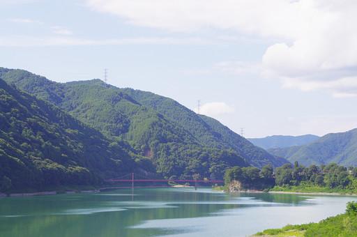 山奥 山 深緑 緑 グリーン 新鮮 空気 酸素 空 快晴 晴れ 晴天 曇り 白い雲 樹木 木々 植物 橋 ブリッジ 赤い 湖 水辺 水 エメラルド 広い 広大 景観 景色 風景 アンテナ