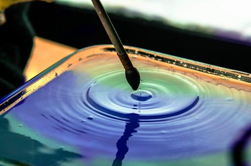 筆 毛筆 絵筆 ふで ブラシ 筆記具 道具 用具 小物 文房具 画材 アート 毛先 水 液体 水面 波紋 円 円形 同心円 輪 広がる みずいろ カラフル グラデーション 多色 鮮やか 容器 入れ物 ガラス アップ クローズアップ