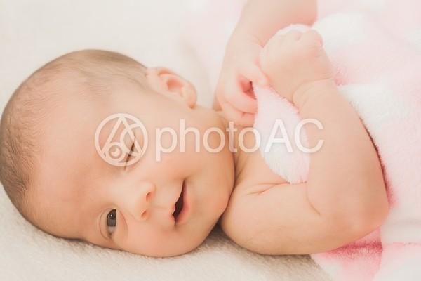 毛布に包まった赤ちゃん3の写真