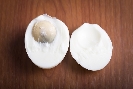 たまご 卵 玉子 タマゴ エッグ 卵色 料理 食べ物 食材 食料 物撮り 屋内 人物なし 上から視線 レシピ 鶏 にわとり ニワトリ 1個 ボイル ゆで卵 半分 半割り 黄身 白身 フローリング 床 白