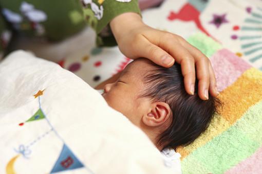 人物 日本人 赤ちゃん 赤ん坊 乳児 新生児 乳幼児 ベビー ベイビー 子供 子ども 小さい 出産 誕生 命 生命 愛情 可愛い 愛らしい 愛しい 癒し 幸せ 幸福 成長 発育 発達 子育て 育児 寝顔 眠り 昼寝 熟睡 睡眠 仰向け 母親 お母さん 親子 手 子守唄