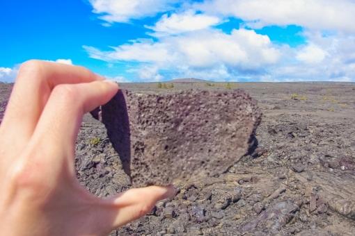ハワイ ハワイ島 キラウエア 火山 溶岩 大地 大自然 噴火 岩石 空 雲 掴む 岩 石 同化 背景 断面 割れた 地面 手 ハンド 指 力 パワー 源 生命