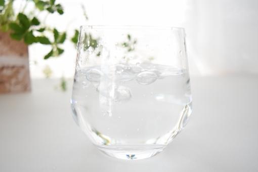 グラス ガラス コップ 水 みず ウォーター 透明 半透明 白 ホワイト しろ 緑 みどり グリーン 爽やか さわやか 夏 なつ サマー 向こう側 水滴 遠近 近い 接近 接写 上 光 ひかり 明るい 涼しげ 涼しい 冷たい 飲み物 飲む 入れる 注ぐ そそぐ 空気 なみなみ 注がれる 食器 カップ 壁紙 背景 テクスチャ テクスチャー 素材 イメージ バックグラウンド バックグランド エコ eco 季節 表現 泡 あわ ぶくぶく ブクブク 気泡 泡立つ ジョボジョボ 濡れる 水しぶき 水泡 少なめ