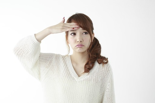人物 女性 日本人 若い 20代 セーター ニット カジュアル モデル かわいい キュート ポーズ おすすめ 屋内 白バック 白背景 上半身 仕草 額 おでこ 手をあてる 熱 風邪 体調不良 発熱 正面 mdjf005