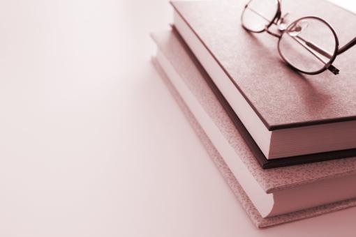 本 メガネ 眼鏡 書物 読物 読書 図書 参照 参考書 専門書 ビジネス書 調査 知識 教養 知恵 学習 興味関心 趣味 BOOK book Book ブック 背景素材 調べる 疑問を持つ ブログ素材 ホームページ素材 ウェブ素材 文章 小説