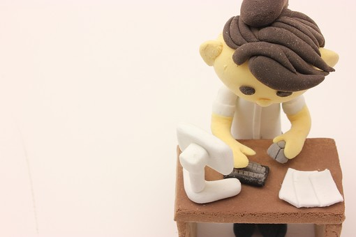 クレイ クレイアート クレイドール ねんど 粘土 クラフト 人形 アート 立体イラスト 粘土作品 人物 ビジネスマン ビジネス 働く人 サラリーマン 仕事 女性 社員 オフィスレディ OL キャリアウーマン 座る デスク パソコン PC コンピューター 作業 経理