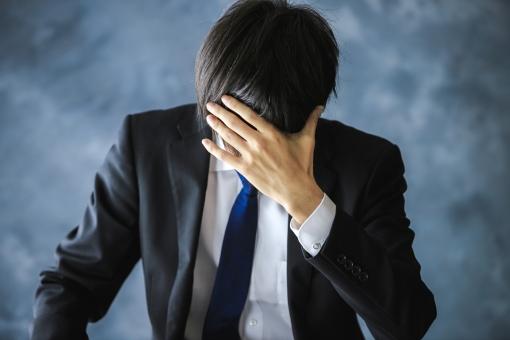 サラリーマン 男性 会社員 スーツ 背広 ビジネスマン ビジネス 人物 日本人 仕事 悩む 頭を抱える 失敗 ライフスタイル 屋内 室内 ポートレート アップ 上半身 髪の毛 大人 体調不良 困る 考え事 苦痛 悩み 痛い コピースペース 素材 1人 考える 背景 絶望 泣く 落ち込む 辛い イメージ トラブル テキストスペース 東洋人 アジア人 ストレス 悩み事 イライラ 悲しい 心配 ネガティブ 心配事 やばい 顏無し