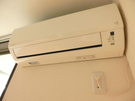 エアコン 電気 家電 電化製品 クーラー 暖房 冷房 暑い 寒い 涼しい 真夏 夏 必需品 冬 真冬 湿度 温度 リモコン ドライ 温風 冷風 電気代 光熱費 熱帯夜 灼熱 温暖化 氷点下 エコ フィルター 掃除