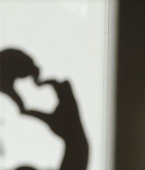 バレンタイン ヴァレンタイン ハート ハート型 ハートマーク マーク 影 陰影 シルエット 影法師 シャドウ 影絵 指 手 人差し指 親指 両手 恋 愛 恋愛 告白 メッセージ ツートーン モノクロ 白黒 ブラック ホワイト 白背景 白バック