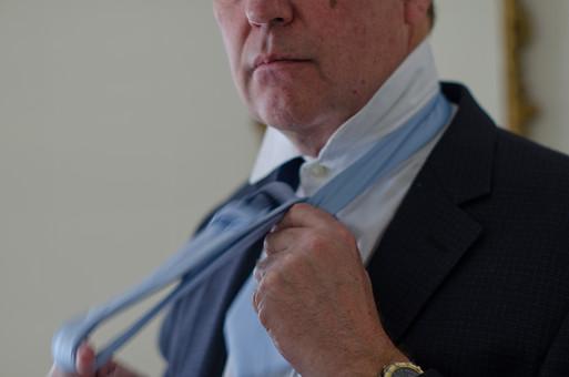 ビジネス 仕事 ワーク 労働 人物 男性 外国人 アメリカ人 ビジネスマン サラリーマン 会社員 ネクタイ ネクタイを締める ネクタイを直す ネクタイを締めなおす ワイシャツ スーツ 朝 スタート 始まり 開始 出発 出勤 身だしなみ 身支度 準備 毎朝 毎日 日常 生活 mdjms008