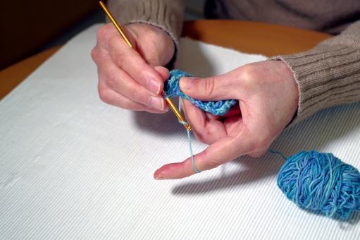 編み物をしているお年寄りの写真