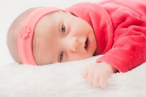 人物 外国人 赤ちゃん 赤ん坊 ベビー ベイビー 新生児 乳児 表情 しぐさ うつぶせ寝 手 ベビー服 ベビーウェア ヘッドバンド ヘアバンド オレンジ 小さい かわいい 毛布 シーツ 出産 誕生 命 生命 愛情 幸せ 幸福 成長 発育 発達 子育て 育児 ポートレート mdmk013