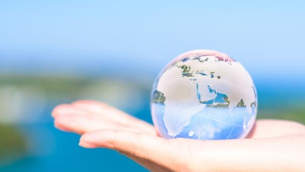 世界 エコロジー 鮮やか 地球 エコ 海 未来 手 空 資源 社会問題 環境 環境問題 緑 女性 アフリカ ヨーロッパ 省エネ エネルギー 生命 晴天 晴れ 生命力