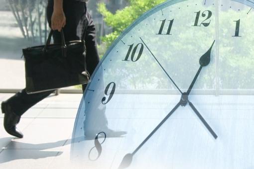 歩く人と時計 カラーの写真