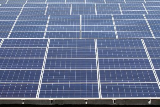 発電 ソーラーパネル 太陽電池 太陽光パネル 太陽発電 太陽光発電 エネルギー ソーラー発電 ソーラーパワー エコロジー エコ 環境 テクノロジー 技術 電気 クリーン 自然エネルギー クリーンエネルギー パネル 結晶シリコン 結晶 シリコン シリコンセル システム 産業 売電 金属 反射 アップ クローズアップ 青 フレーム 青色 背景 自然 バックグラウンド 模様 パターン 無人 沢山 たくさん 並ぶ 屋外 日本 一面 テクスチャ