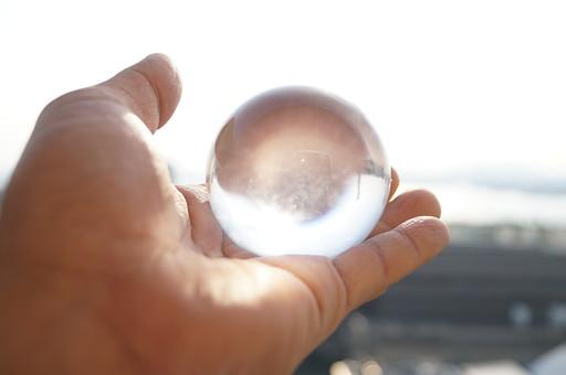 子ども 子供 キッズ チルドレン 手 手のひら 掌 指 持つ 乗せる 水晶 クウォーツ クリスタル 石英 透明 白 明るい 光る 輝く 綺麗 キレイ 美しい 占い お守り パワーストーン 誕生石