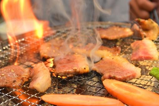 焼肉(七輪で焼いているイメージ)の写真