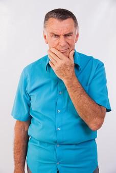 人物 男性 外国人 外人 外国人男性 外人男性 老人 熟年 年配者 屋内 上半身 シャツ 青色 ブルー カジュアル 50代 60代 白バック 顎に手を当てる あご 考える 思考 疑問視 疑惑 疑う シニア mdjms010