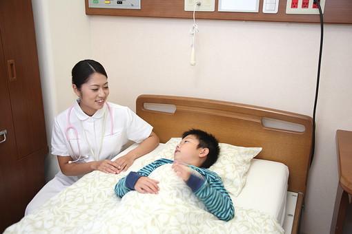 白衣 病院 医院 医療 ナース 看護師 患者 子供 入院 病室 男の子 若い 小児科 福祉 介護 ベッド 寝る 複数 2人 小学生 ナースコール 話す 会話 励ます 元気づける 治療 療養  日本人 mdmk003 mdjf034