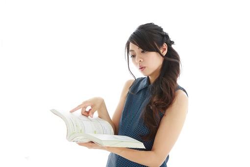 モデル 人物 日本人 日本 女性 女 女子 大人 20代 30代 ロングヘア   綺麗 きれい 可愛い 本 ブック 電話帳 地図 参考書 教科書 辞書 調べる 調べもの 勉強 考える 学ぶ 真剣 真面目 まじめ ビジネス 仕事 資格 資格取得  白バック 白背景 mdjf019