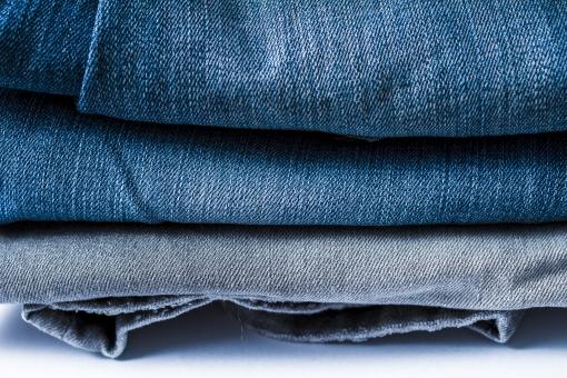 ジーンズ ジーパン Gパン デニム 柄 無地 生地 裾 布 布地 折り畳み 畳む ファッション パンツ 縫い目 積む 重なる 服装 服 足 脚 ホワイト 白バック 3足 ズボン 青 ブルー 紺 紺色 ネイビー グレー 灰色