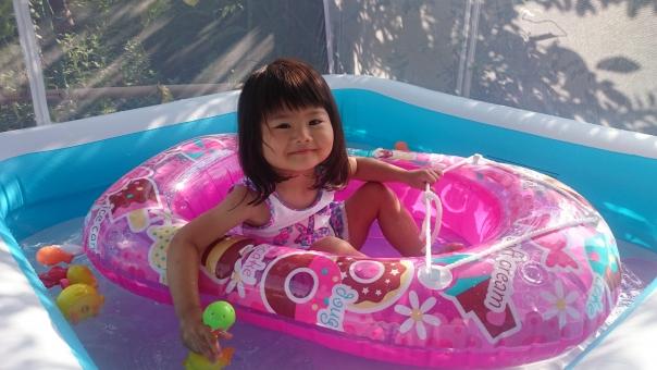 女の子 プール 水遊び ボード 水着 2才 夏 夏休み 笑顔 girl child kids summer play japanese 日本人