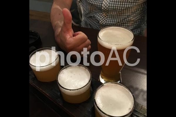 ビールの飲み比べでテンションが上がる男性の写真