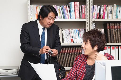 人物 日本人 男性 若者 若い  20代 仕事 職業 デザイナー グラフィックデザイナー  カジュアル オフィス 事務所 屋内 社内  室内 広告 会社 上司 会話 打ち合わせ 笑顔 機嫌 打ち解けた 和気藹々 コミュニケーション 資料 企画  オーバーリアクション mdjm009 mdjm010